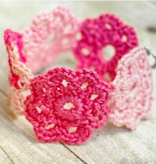 http://translate.googleusercontent.com/translate_c?depth=1&hl=es&rurl=translate.google.es&sl=en&tl=es&u=http://www.petalstopicots.com/2013/07/crochet-flower-bracelet/&usg=ALkJrhh8kt_-ZYO7W15OhkcHudwrlNqo_Q