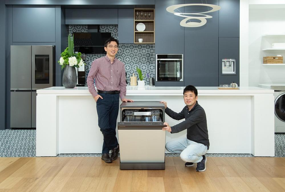 ▲(왼쪽부터) 삼성전자 생활가전사업부 식기세척기개발Lab 류중찬 프로, 상품전략팀 김문수 프로