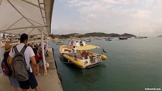 Aguardando na fila para entrar no barco.