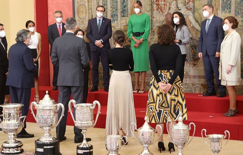 Queen Letizia wore a pleated skirt from Massimo Dutti, and lace capri blue pre-order errings from Rod Almayate
