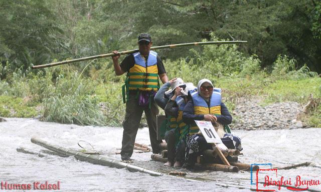 Gubernur Kalsel, H Sahbirin Noor Bersama Isteri dan Anak-anaknya Menaiki Bamboo Rafting Loksado