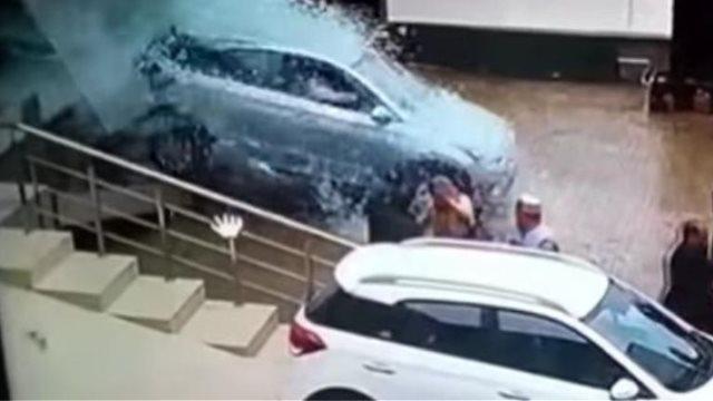 Οδηγός σε έκθεση αυτοκινήτων ζήτησε να δοκιμάσει αμάξι και τα έκανε όλα λίμπα! (video)