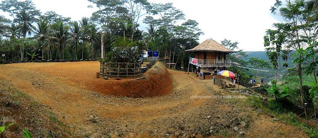 Tempat parkir yang luas di obyek wisata alam Grand Sayan Kaak.