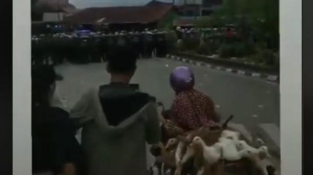 Viral Emak-emak Bawa Bebek Santuy Terobos Massa Aksi hingga Barikade Polisi