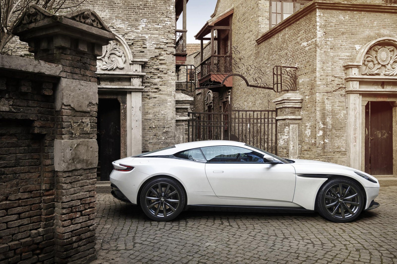 Aston-Mart​in-DB11-9