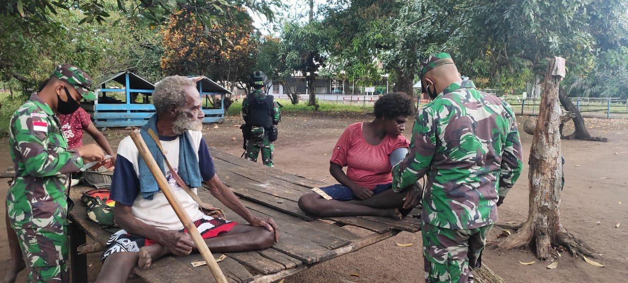 Keliling Kampung Tomerau, Personel Pamtas Yonif 125 Berikan Pelayanan Kesehatan Gratis