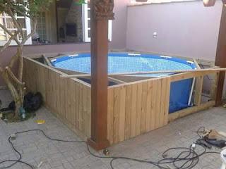 Piscina estructural o inflable con deck de madera