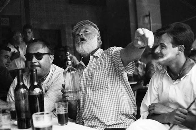 Ernest Hemingway dándole duro a la bebida en algún bar de La Habana