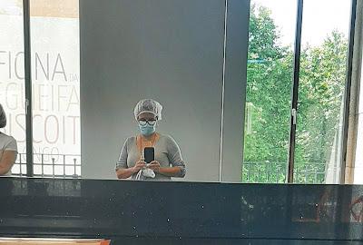 Selfie no espelho com toca e máscara