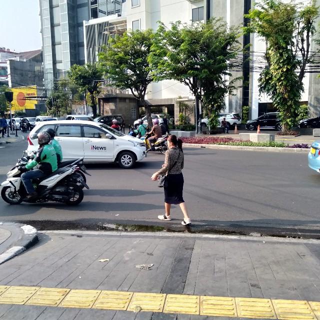 Bukan Cuma Pengendara Yang Bikin Semrawut Jalan, Pejalan Kaki Juga
