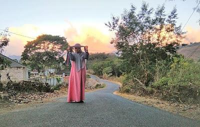 Foto favorit berlatar sinar keemasan di senja desa Sembalun Lombok