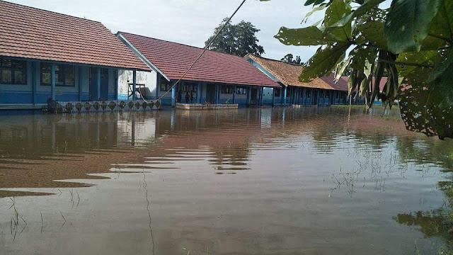 Atasi Banjir, Kepsek SMPN 2 Sukaraja Ubah Jam Belajar