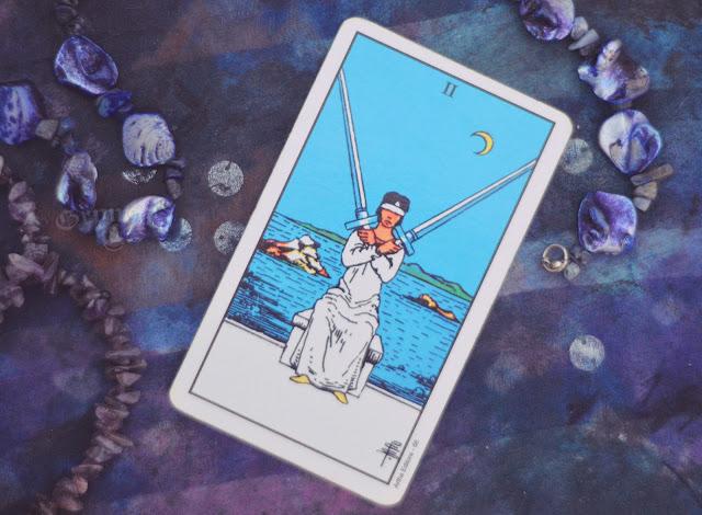 Saiba o significado da Carta do 2 de Espadas no Tarot do amor, dinheiro e trabalho, na saúde, como obstáculo ou invertida e como conselho.
