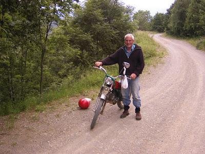 En Pau amb la moto anant a buscar bolets
