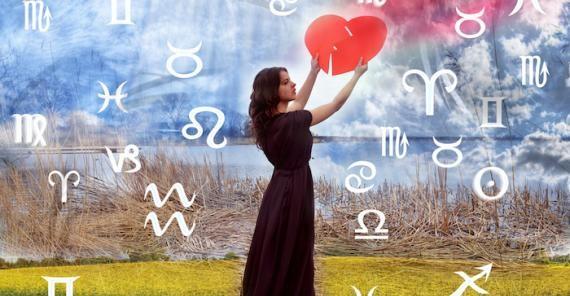 pikturë e  një vajze me një zemër në dorë