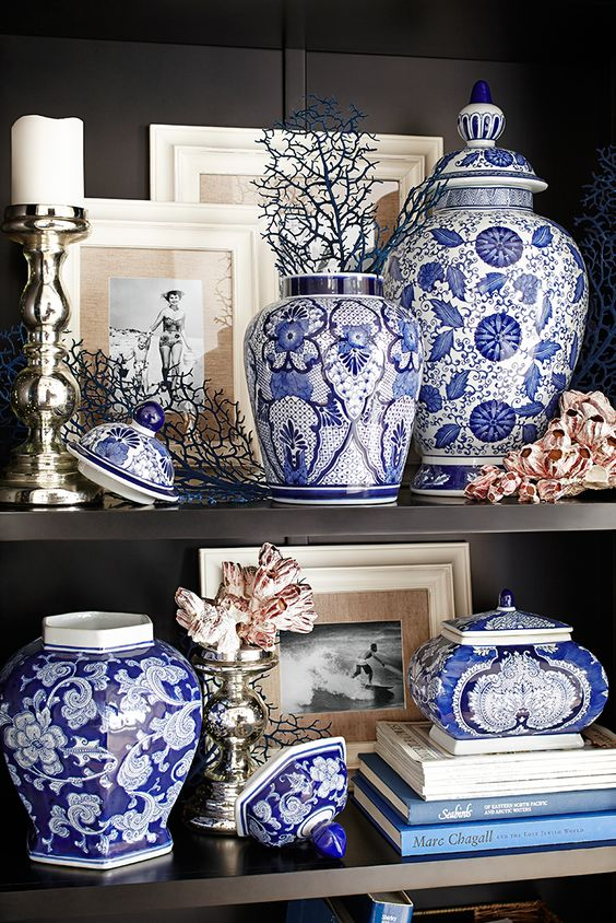 Chinoiserie chic chinoiserie trends 2017 blue and white for Decor vignette