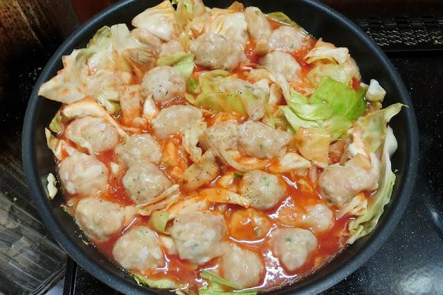 トマトジュース、【調味料】を入れ、鶏団子同士が重ならないようにのせます。 鶏団子は手で落とし入れるより、ティースプーンですくって入れる方が便利です。