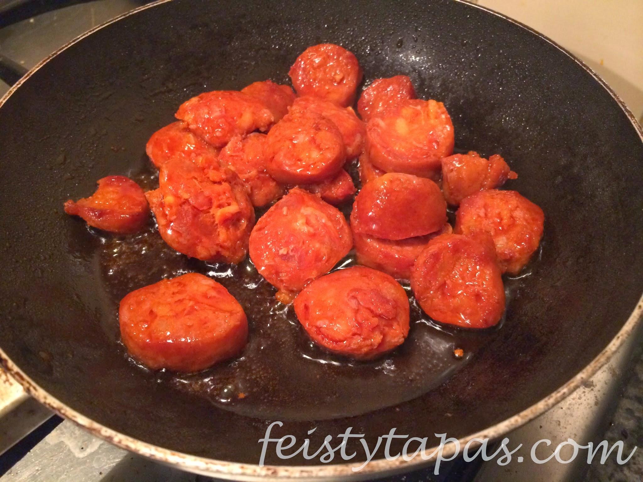 Feisty Tapas: Chorizo and hummus pita pockets / Pita con chorizo y humus