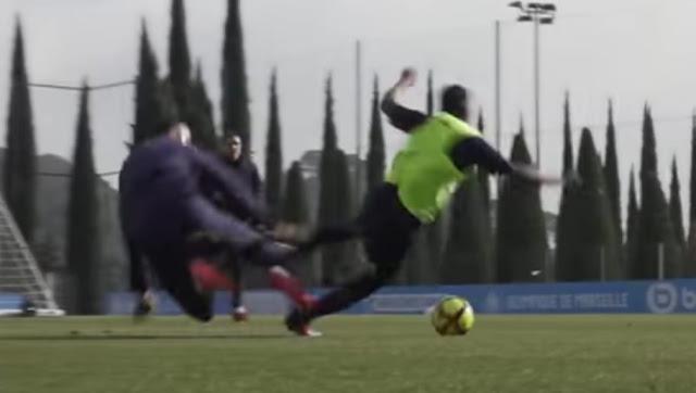 Mitroglou découpe un coéquipier à l'entraînement avec un tacle assassin