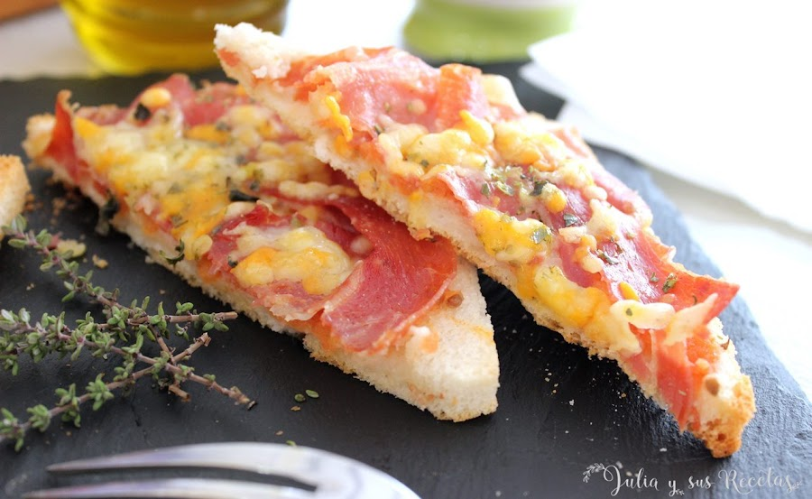 Tosta-pizza de jamón serrano y tomate natural