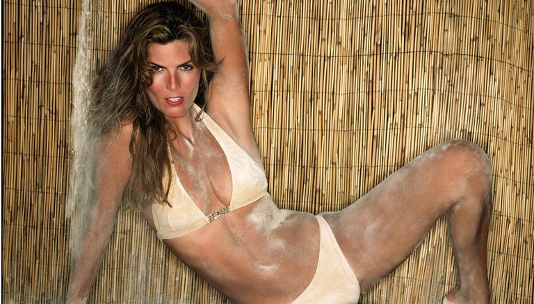 Montserrat Oliver en bikini, conductora del programa deportivo de Televisa La Jugada | Ximinia