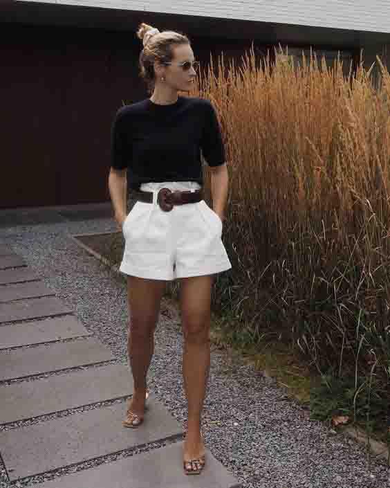 Short alfaiataria branco, tshirt preta, cinto e chinelo