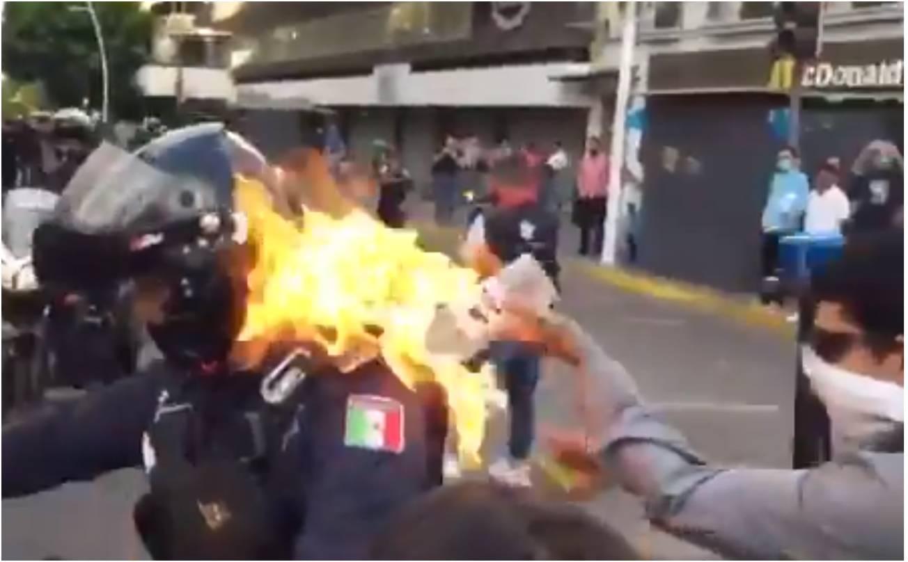 """[Vídeo] """"Manifestante"""" joga combustível e coloca fogo em policial durante protesto"""