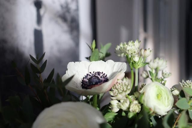 kukkakimppu, kukat, olohuoneen sisustus, talvi, vaalea koti