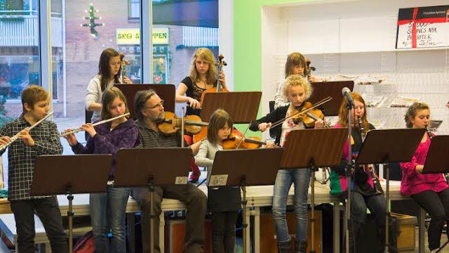 Skolungdomar som spelar bland annat tvärflöjt och fiol