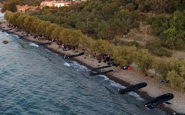 Με μετακινήσεις από στρατόπεδο σε στρατόπεδο, αλλά και με απελάσεις απαντά κυβέρνηση στον εγκλωβισμό προσφύγων και μεταναστών