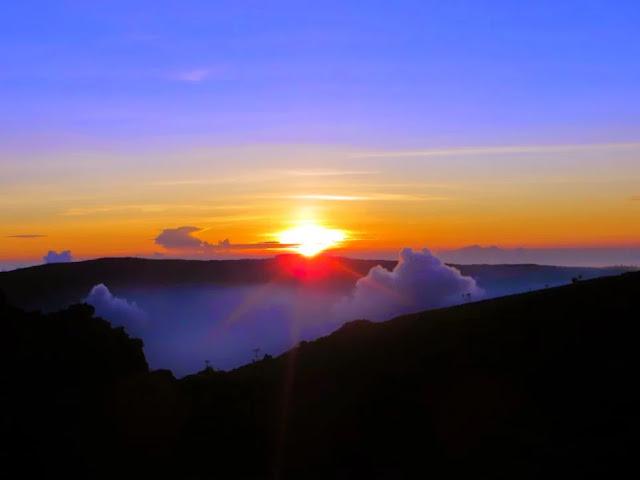 11 Gunung Dengan Sunrise Terindah Di Indonesia