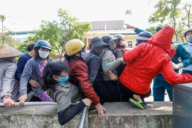 Điều gì đã xảy ra như thế này?: chen lấn nhau để nhận gạo từ ATM free cho người nghèo