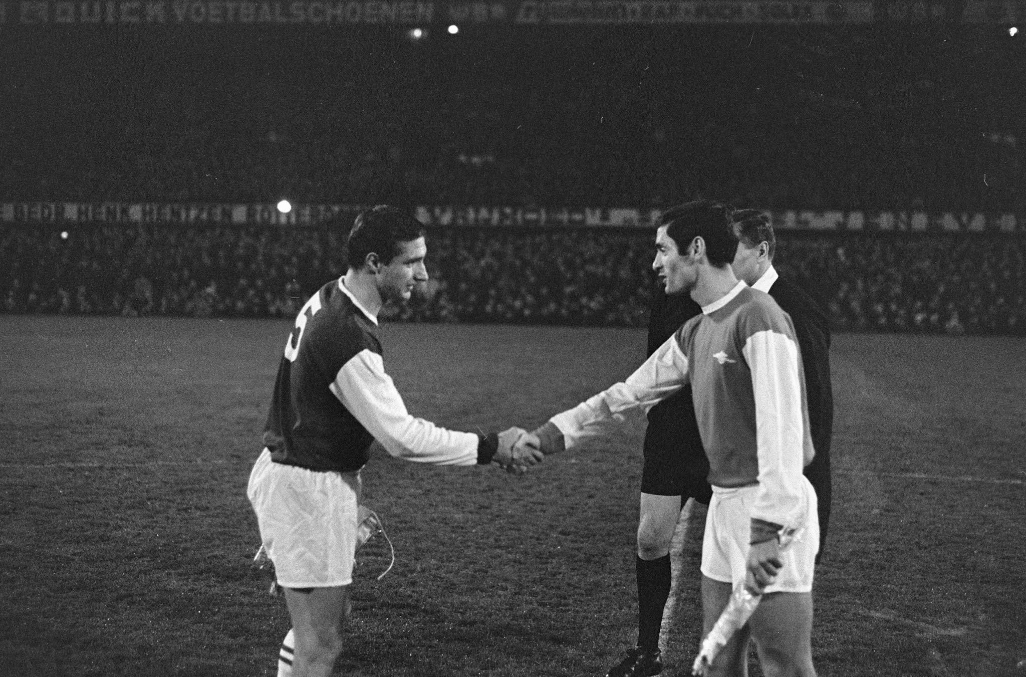 Aanvoerders Cor Veldhoen (Feyenoord) en Frank McLintock (Arsenal)