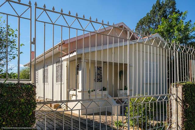Casa de madeira na Rua Marcelino Nogueira, no Bacacheri