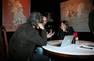 Stoisko galerii Omphalos, ludzie przy stoliku z laptopem