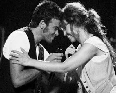 Foto de Pedro Capó muy junto a la cantante Thalía