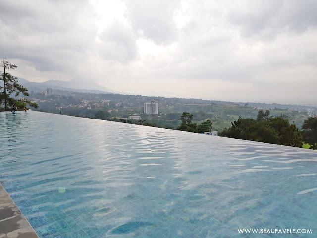 Kolam Renang Air Hangat di Swiss Belresort Dago Heritage Bandung