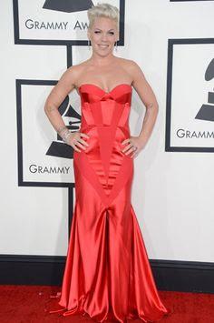 Foto de Pink con lindo vestido rojo