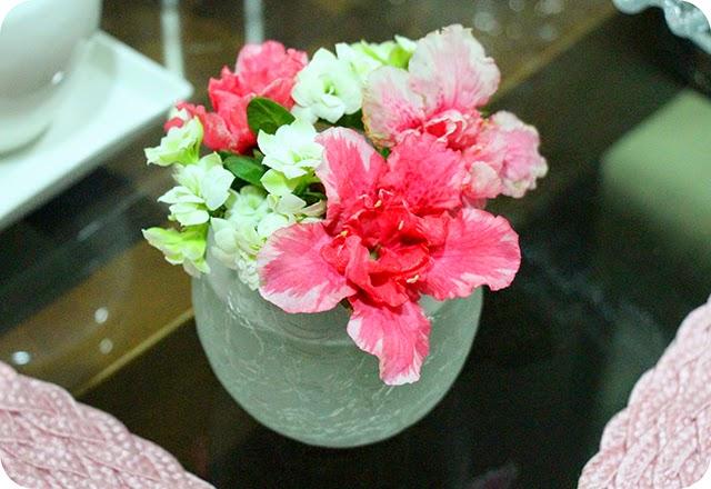 Flores Rosas e Brancas na Mesa Café / Chá da Tarde