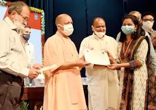 मुख्यमंत्री योगी ने नवचयनित नायब तहसीलदारों को नियुक्ति-पत्र प्रदान किए
