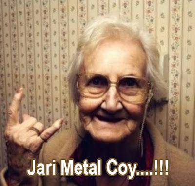 foto nenek tua dengan jari metal
