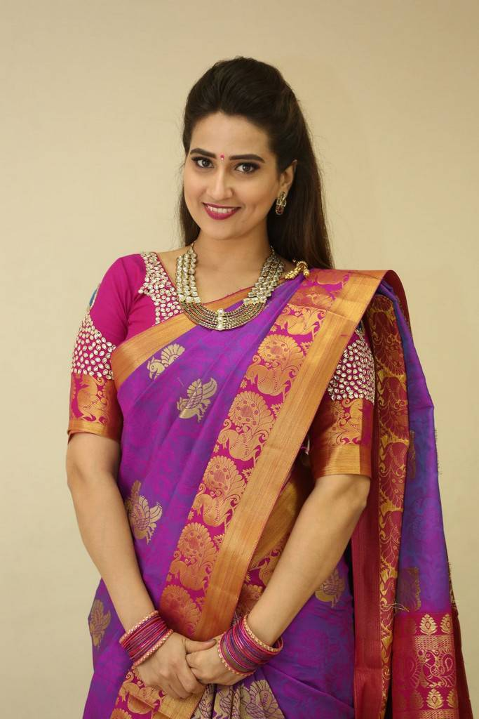 TV Anchor Manjusha Stills At Sankarabharanam Awards 2017 In Pink Saree