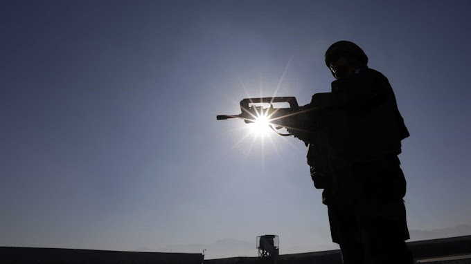 Talibãs estão batendo de porta em porta em busca de mulheres, diz afegã