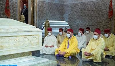 Maroc- Sa Majesté le Roi se recueille sur la tombe de Feu le Roi Mohammed V