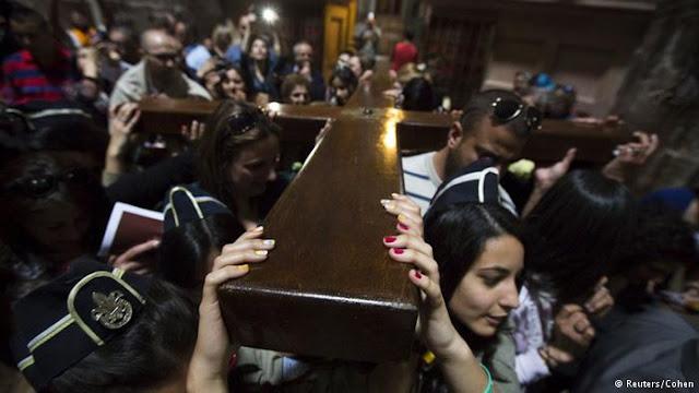 Keluarga Muslim Jaga Gereja Makam Suci