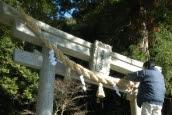 滝尻王子大きなしめ飾り設置