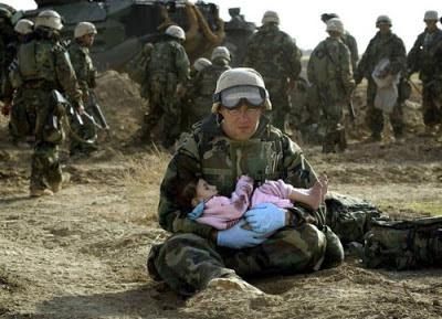 Foto soldado sosteniendo niñita