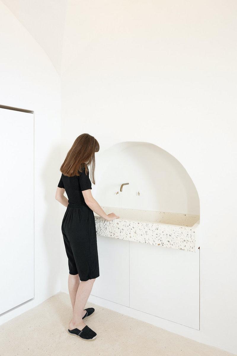 Fregadero de piedra en la cocina