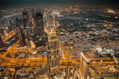 fakta Unik Detik Batak. Menurut Bisnis Insiders Bandara Internasional Dubai kini menjadi bandara yang paling tersibuk ketiga di Dunia terlebih  bandara Dubai juga banyak di gunakan sebagai negara penghubung antara negara Eropa ke Asia ataupun sebaliknya.Selain itu tentu saja karena Negara Dubai sebagai salah satu Destinasi impian para traveler dunia.  Dubai ( / d U b aɪ / doo- BY ; bahasa Arab : دبي Dubay , Teluk Arab : pengucapan bahasa Arab:  [dʊbɑj] ) adalah yang terbesar dan paling padat penduduknya kota di Uni Emirat Arab(UEA).  Di pantai tenggara Teluk Persia , itu adalah ibu kota Emirat Dubai , salah satu dari tujuh emirat yang membentuk negara itu.      Dubai  Sistem bandara kota tersibuk di dunia berdasarkan lalu lintas penumpang diukur dengan jumlah total penumpang dari semua bandara dalam satu kota atau gabungan wilayah metropolitan . London , dengan enam bandara komersial di wilayah metropolitannya, adalah sistem bandara kota tersibuk di dunia, meskipun Bandara Internasional Hartsfield – Jackson Atlanta adalah bandara individual tersibuk di dunia .   Banyak gedung-gedung pencakar langit berdiri megah di sana.namun,ternyata ada beberapa hal yang jarang di ketahui banyak orang diantara gemerlapan kota tersebut gays...mau tau??  Berikut Sisi Lain Masyarakat Dubai Yang Jarang Ter Ekspos  Orang Dubai adalah Masyarakat Minoritas di Negara Sendiri  Ada banyak orang asing di Dubai gays,dan itu lebih banyak dari orang asli penduduk Dubai pada tahun-tahun ini di perkirakan ada 8,2 juta orang yang tinggal di Uni emirat Arab dan hanya 13% dari mereka orang asli emirat.  Imigran yang Datang karena Termakan Janji Para pekerja ini umumnya datang dari negara miskin di India,Pakistan,Bangladesh ataupun China.Mereka datang dengan iming-iming gaji yang sangat besar dengan membayar sejumlah uang untuk modal mereka berangkat ke Dubai yang terkadang di dapat dengan cara berutang atau menjual tanah.Mereka di janjikan akan bisa membayar kembali hutang tersebut hanya dalam waktu