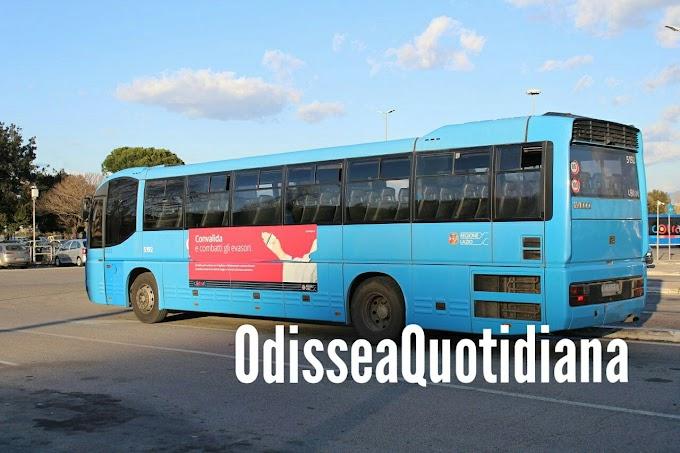 Stacca poggiatesta del bus Cotral, lo lancia dal finestrino e posta tutto su Instagram